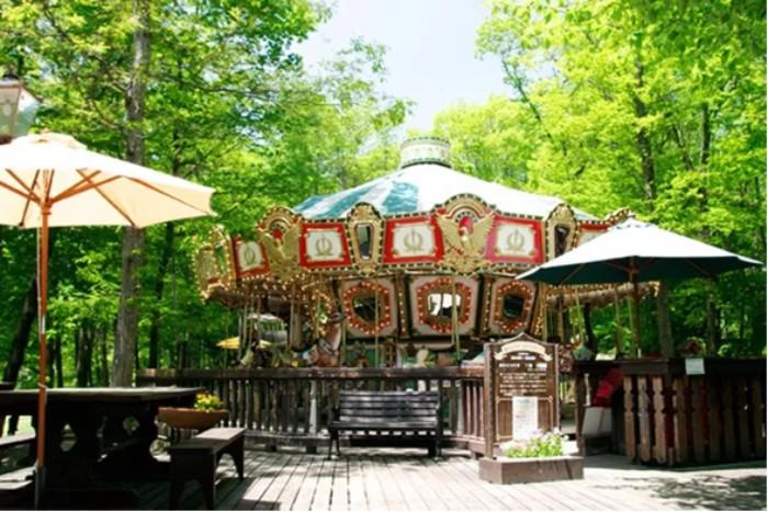 有旋轉木馬的時尚咖啡廳